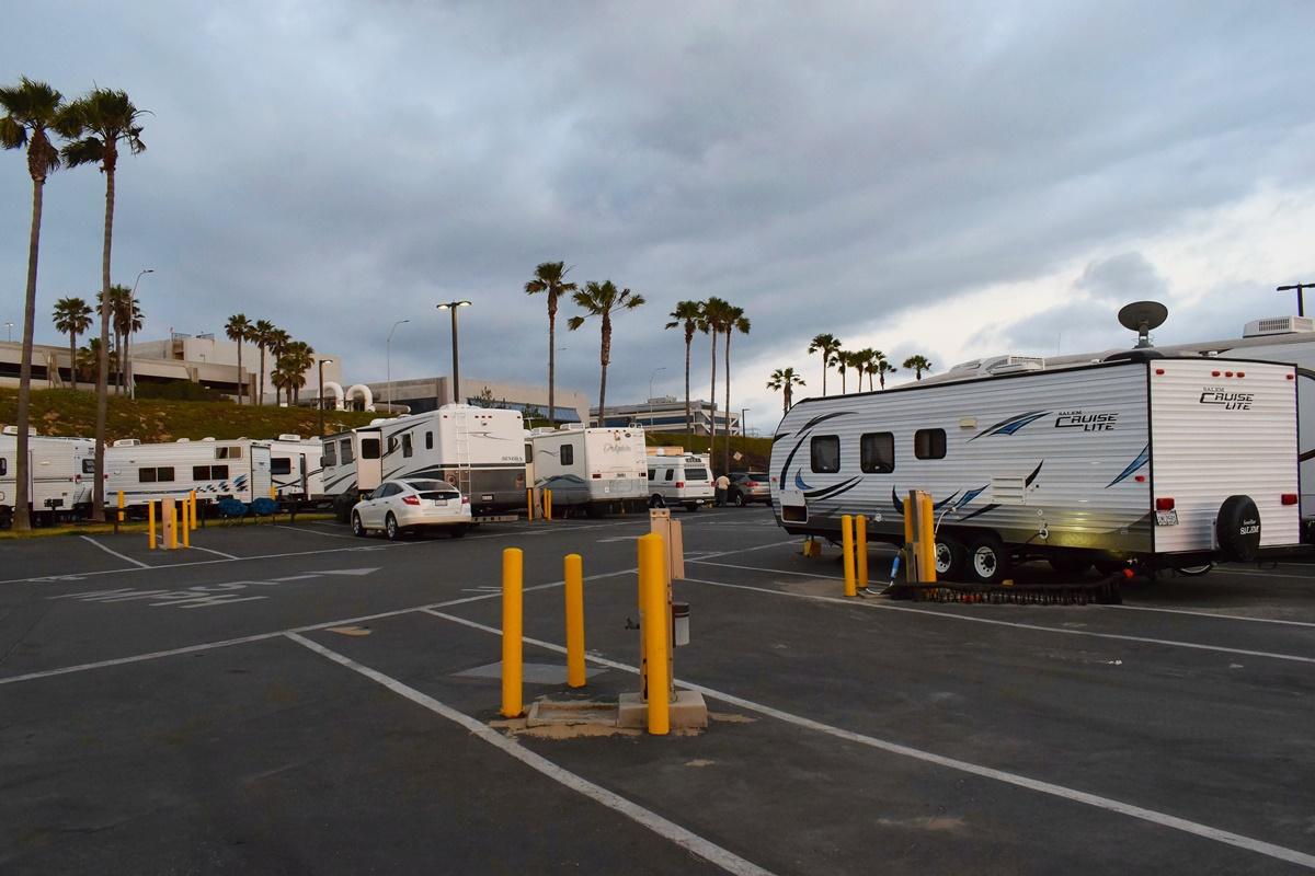 RV camp na pláži v Los Angeles | © Renata Tunová - Instagram.com/RenyTunova