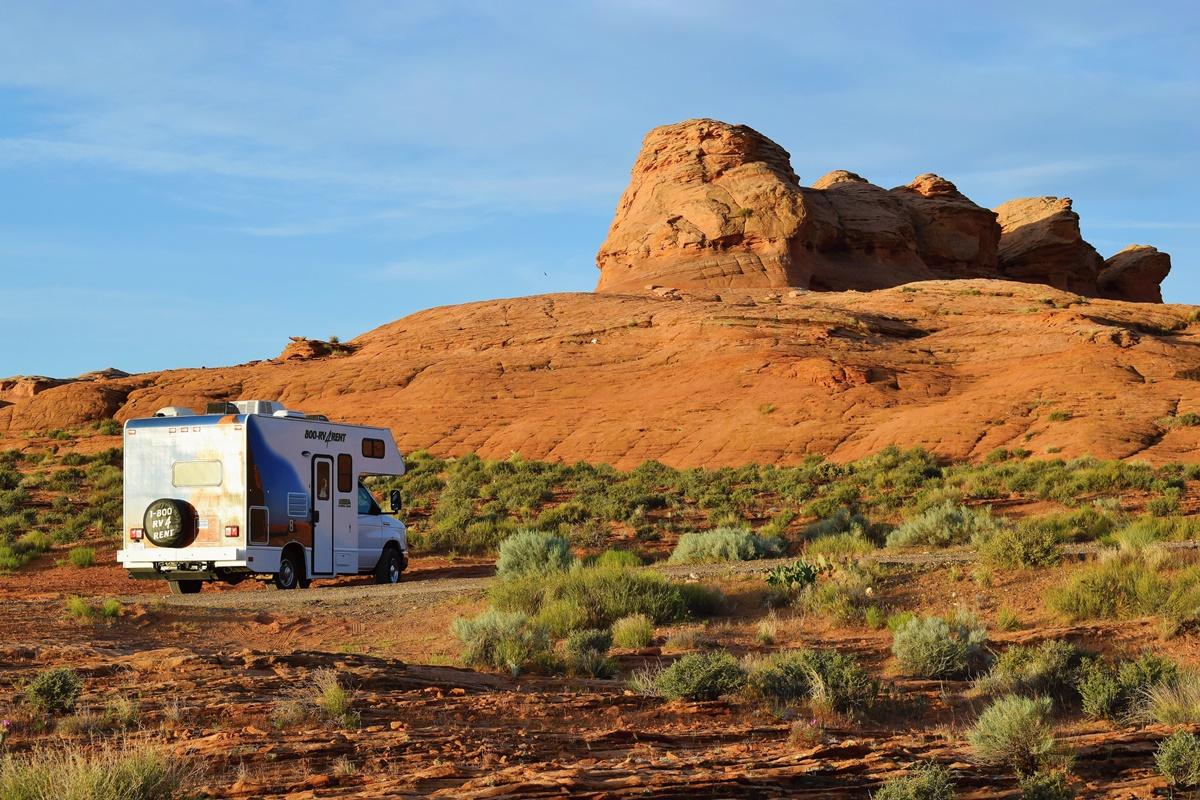 Free camp v poušti u Lake Powell v Arizoně | © Renata Tunová - Instagram.com/RenyTunova