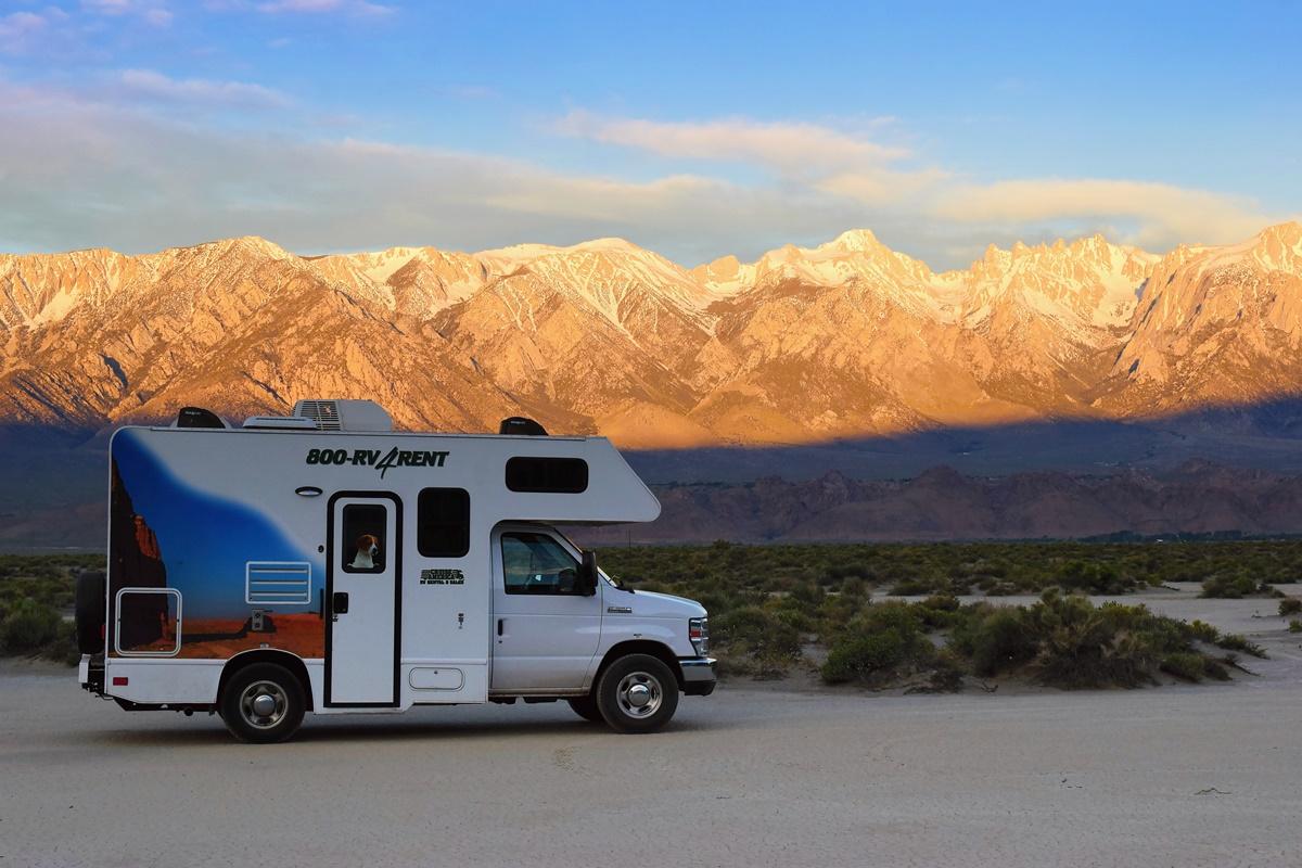 Východ slunce ve free campu v Death Valley s výhledem na pohoří Sierra Nevada | © Renata Tunová - Instagram.com/RenyTunova