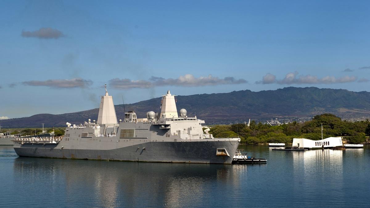 USS New Orleans a USS Arizona na Havaji   © Official U.S. Navy
