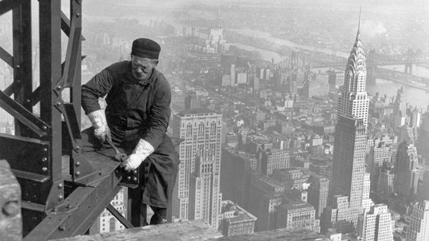 Dělník pracuje na stavbě Empire State Building (okolo roku 1930). Všimněte si, že není jakkoliv jištěn! | © Lewis Hine