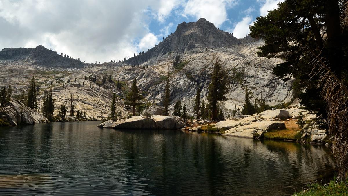 Crescent Lake, Národní park Kings Canyon | © Tom Hilton