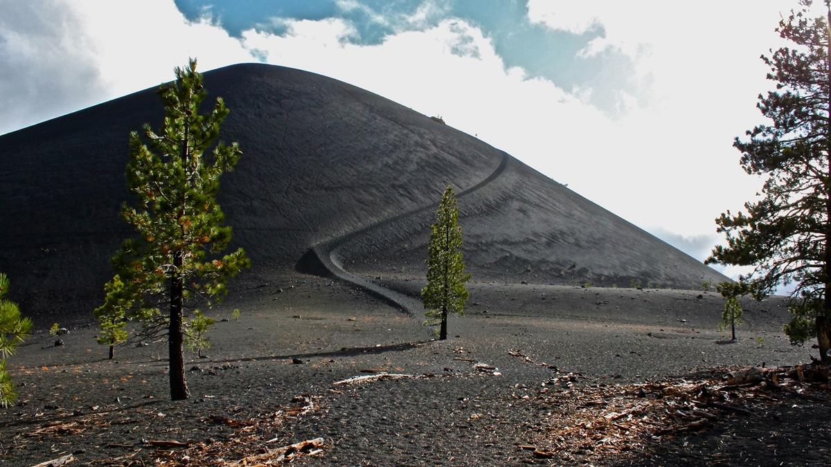 Sopka Cinder Cone v národním parku Lassen Volcanic | © LassenNPS