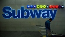 Proč jsou některé linky newyorského metra značené písmenem ajiné číslicí?