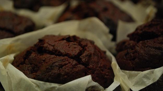 Recept na kakaové muffíny s kousky čokolády | © avlxyz