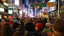 Silvestr na newyorském Times Square: Miliony lidí, ohňostroje mezi mrakodrapy aobří koule